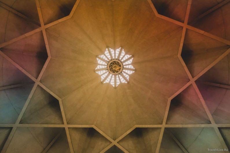 Вид изнутри на купол храма Лотуса