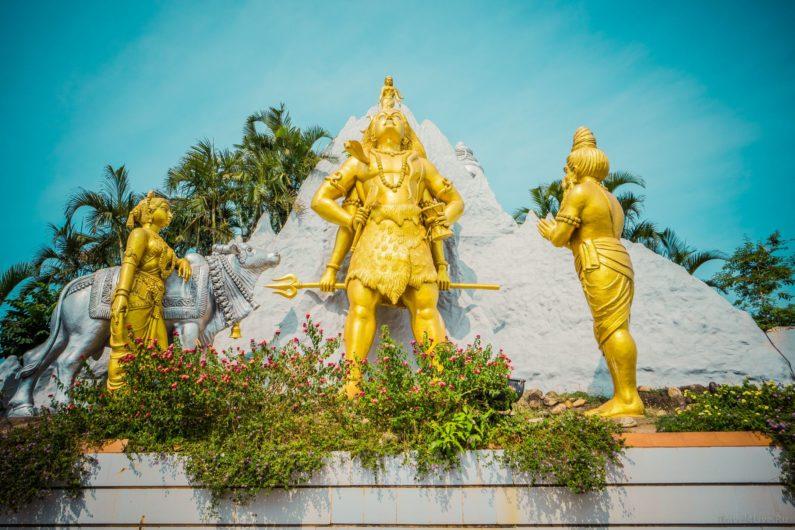 Статуи у подножия статуи Шивы, Мурдешвара