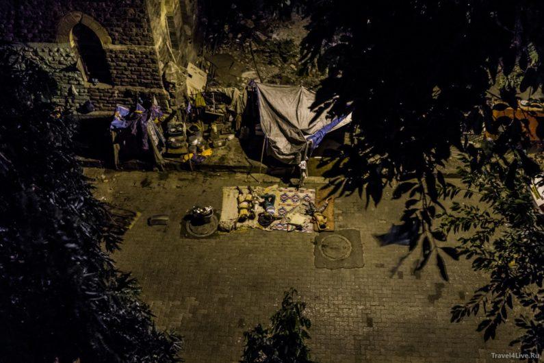 Спящие люди на улице под окнами нашего геста. Мумбаи