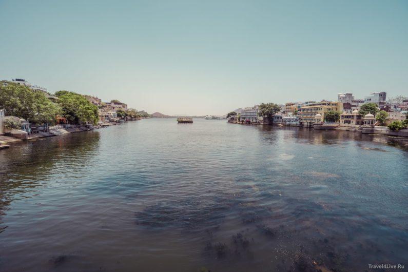 Вид на дворец на воде с моста. Удайпур.