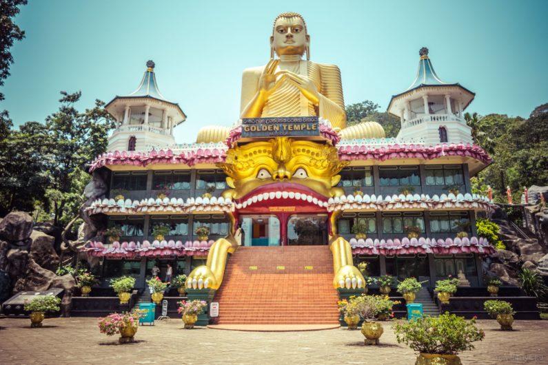 Золотой храм Дамбулла - по дороге из Канди в Полоннаруву