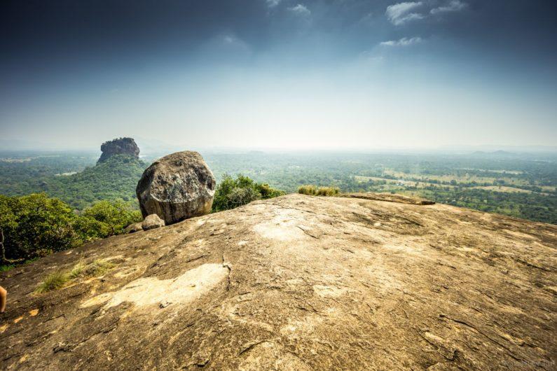 С горы открывается вид на известную Сигирию. Пидурангала