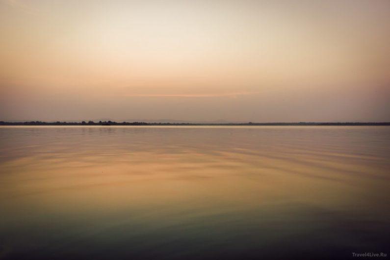 Закат на озере в Полоннаруве