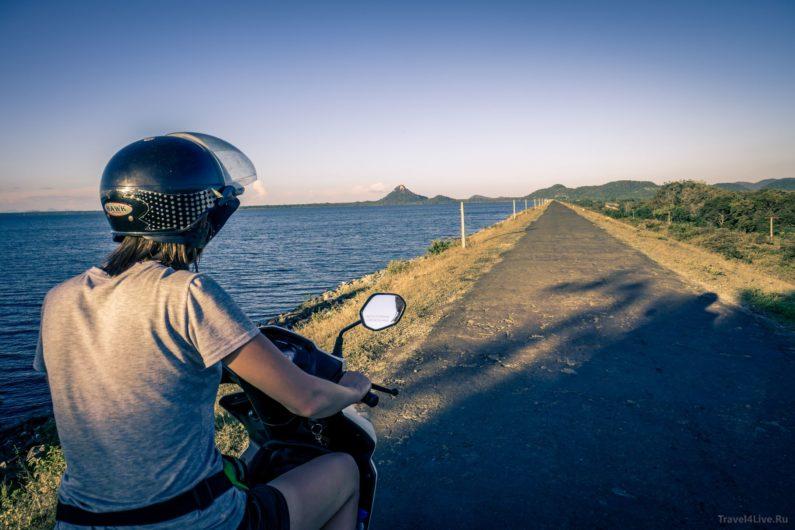 Саша на скутере около озера, город Тиссамахарама
